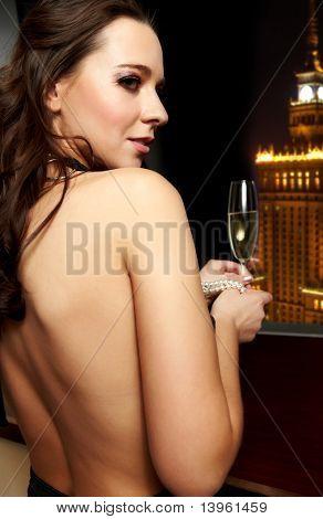 Schöne Dame mit einem Champagner, Nacht-Lebensstil