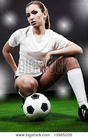 Jogador de futebol sexy, mulher no campo de jogo