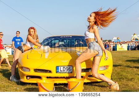 Girls Compete In A Sexy Tank Cars