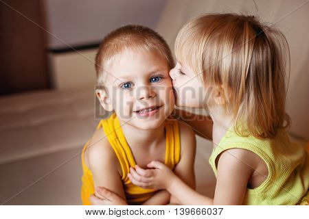 baby kissing his older brother on the cheek