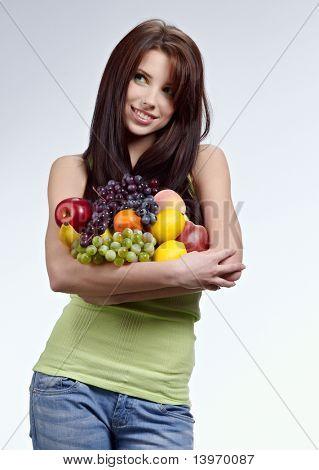 Mujer con una bolsa llenada de verduras y frutas nutritivas