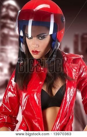 La chica hermosa con un casco de motocicleta