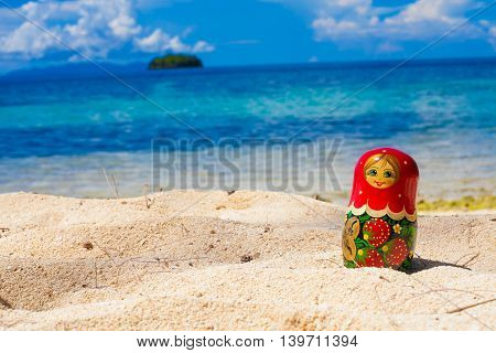 Photo Russian Dolls Matrioshka Souvenir Untouched Tropical Beach in Bali Island. Horizontal Picture. Blurred Background. Closeup