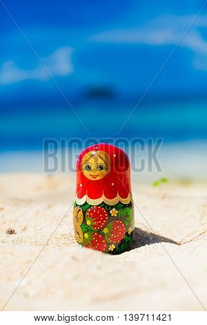 Photo Russian Dolls Matrioshka Souvenir Untouched Sunny Tropical Beach in Bali Island. Vertical Picture. Blurred Background. Closeup