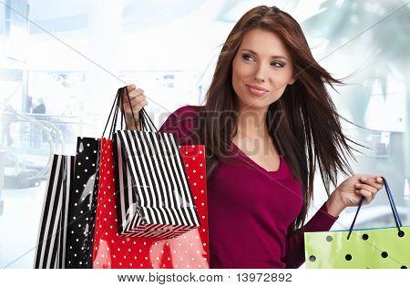 Schöne Einkaufsmöglichkeiten Frau in einem Unentschieden-Einkaufszentrum