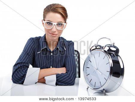 Mujer de la Secretaria en su escritorio al final del día. concepto de reloj