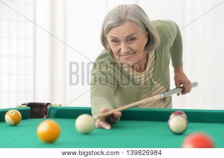 Portrait of a mature woman Playing billiard