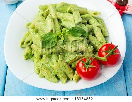 Pasta: italian noodles with spinach and cream sauce