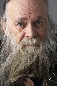 Постер, плакат: Старший человек с длинной бородой