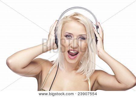 Schönes Modell mit Kopfhörern