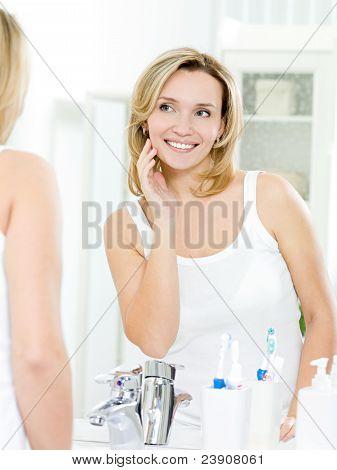 Schöne Frau mit frische Haut des Gesichts