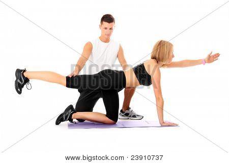 Ein Bild von einer jungen Frau, die Ausarbeitung mit ihrem persönlichen Trainer over white background