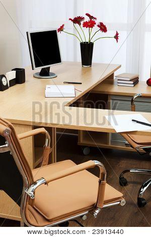 Der Monitor auf einem Schreibtisch im modernen Büro