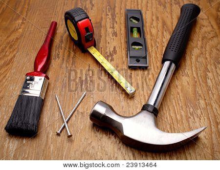 Herramientas de trabajo clasificados en panel de madera