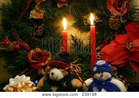Una guirnalda de Navidad, un muñeco de nieve relleno y uno peluche oso de peluche