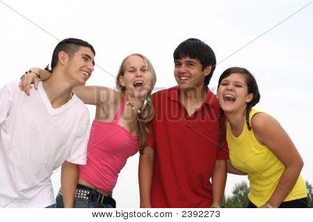 glücklich Gruppe von Teenagern lachen und lächelnd