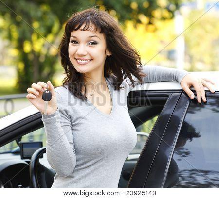 Linda chica mostrando la llave del coche