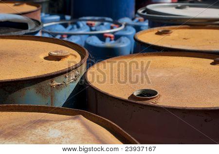Barricas viejas de colores para productos derivados del petróleo