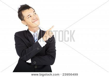 lachende zakenman wijzen en geïsoleerd op wit