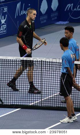 BUKIT JALIL - 01 Okt: Serbiens Viktor Troicki spricht der Hof in Malaysian Open im Halbfinale die Matte