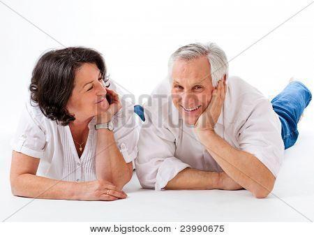 Süßes altes Paar auf dem Boden mit weißem Hintergrund