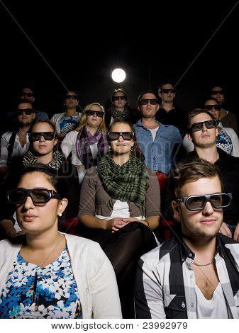 Gente que usa gafas 3D en cine