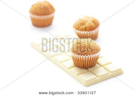 Barra de White Chocolate y Muffin aislado en blanco