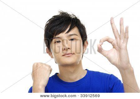 zufriedene junge Mann okay Sign anzeigen
