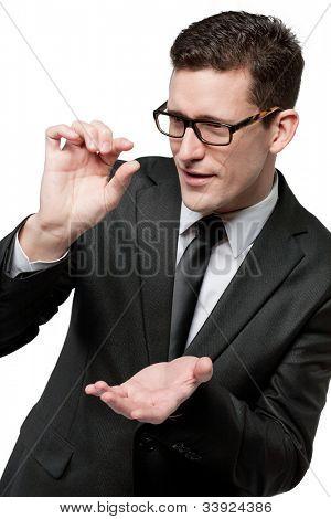 Junge Unternehmer im schwarzen Anzug mit leere Händen, bereit, mit Ihrem Design zu füllen.