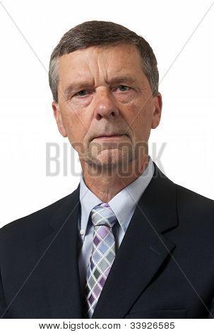 Homem sênior na camisa azul olha pensativo