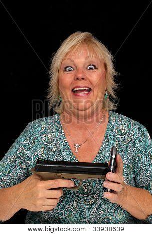 Reife blonde Frau mit Handy und eine Pistole (5)