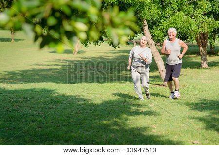 Pessoas ativas sênior, movimentando-se no Parque da cidade