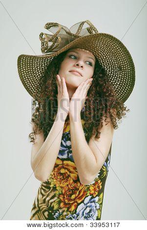 krauses Mädchen in einen Hut.
