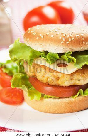 Hambúrguer de frango delicioso com queijo, tomate e alface