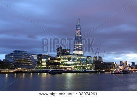 New London City Hall bei Nacht, Panorama-Ansicht vom Fluss.
