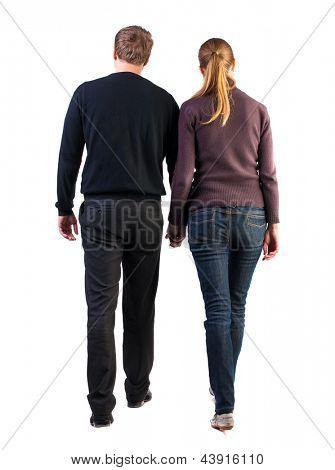 Vista traseira do passeio jovem casal (homem e mulher). vai bonita rapariga e rapaz em shorts