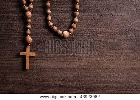 Cruz sobre fondo de madera marrón