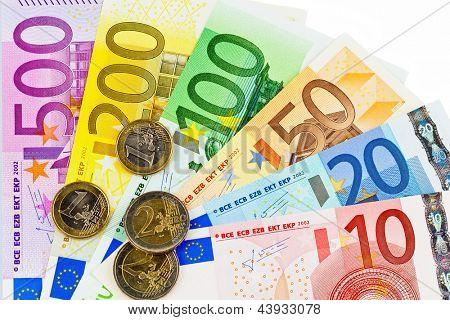 notas de dinheiro da União Europeia. um fã fez dinheiro euro isolado contra branco backgrou