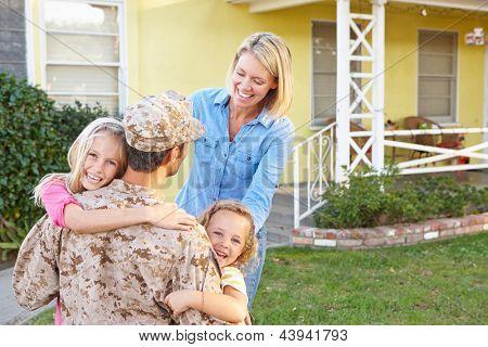 Familia acogedora casa de marido con licencia del ejército