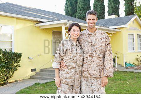 Militärische paar In Uniform stehen außen Haus