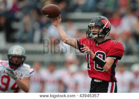 Viena, Áustria, 9 de junho: QB Robert Darvas (#18 lobos) passa a bola em 9 de junho de 2012, em Viena, A