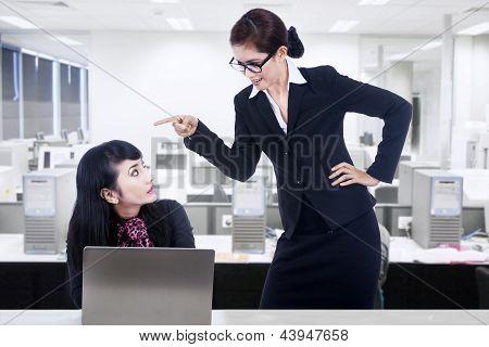 geschäftsfrau anzuschreien Mitarbeiter