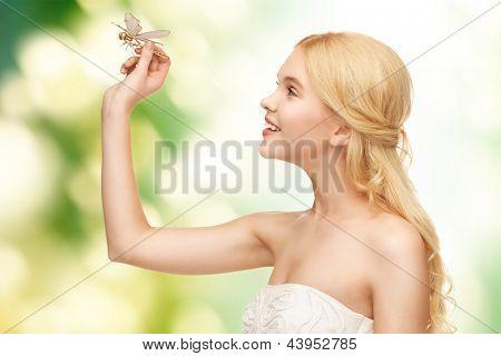 Foto de mulher bonita com libelinha da mão