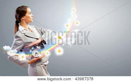 Imagem da jovem empresária segurando o despertador contra fundo ilustração