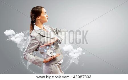 Imagem da jovem empresária segurando o despertador contra a ilustração