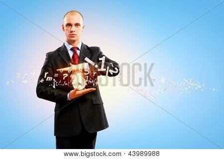 Imagem do empresário segurando o despertador contra a ilustração de fundo. Colagem