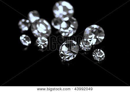 Beautiful brilhando cristais (diamantes), sobre fundo preto