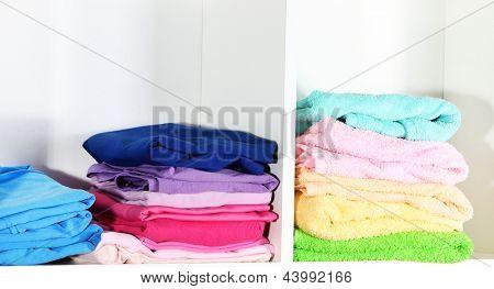 Dobrado ordenadamente em prateleiras de roupas