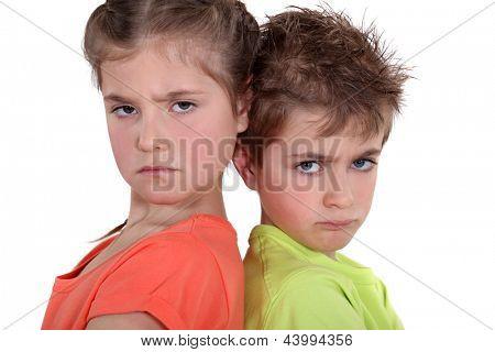 duas crianças com raiva posando juntos