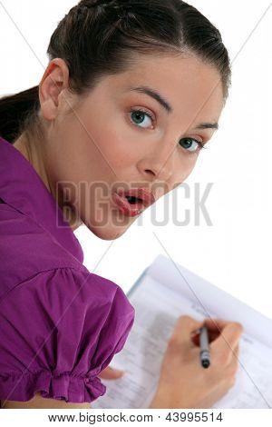 Frau schriftlich auf einer Tafel